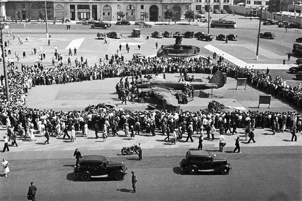 El avión alemán Ju 88, derribado por pilotos soviéticos el 25 de julio de 1941, realizó un aterrizaje de emergencia en la periferia de Moscú. Cinco días después, la aeronave fue expuesta en la plaza de Sverdlov, actualmente la plaza Teatralnaya, en el centro de la capital rusa