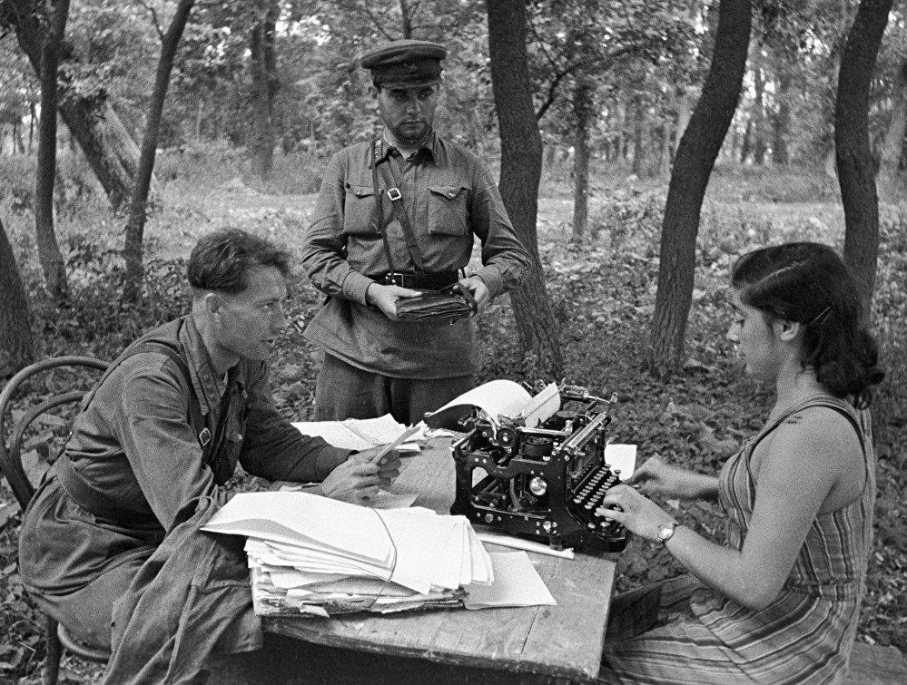Los corresponsales militares del periódico El Defensor de la Patria escriben artículos para la próxima edición