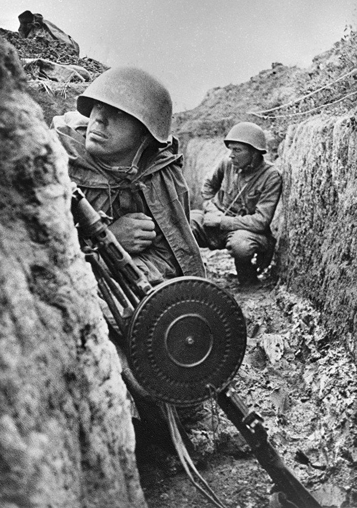 Los soldados soviéticos se preparan para el ataque de los alemanes en la orilla izquierda del río Neva, en el Frente de Leningrado