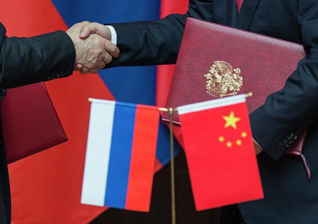 Las banderas de Rusia y China (archivo)