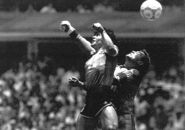 Diego Maradona marcando el primer gol del mítico partido Argentina-Inglaterra en 1986