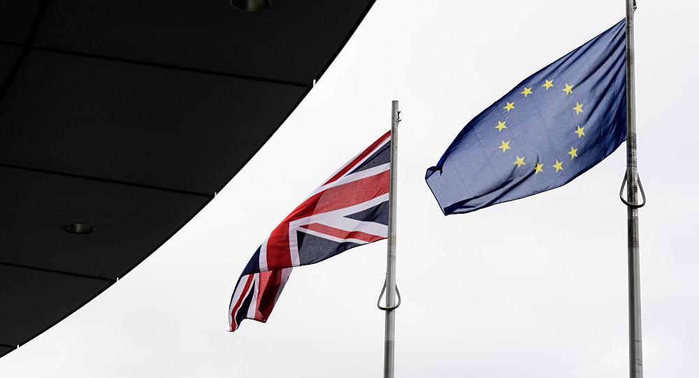 Banderas del Reino Unido y de la UE (archivo)