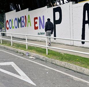 Un graffiti con una frase que dice Colombia en paz