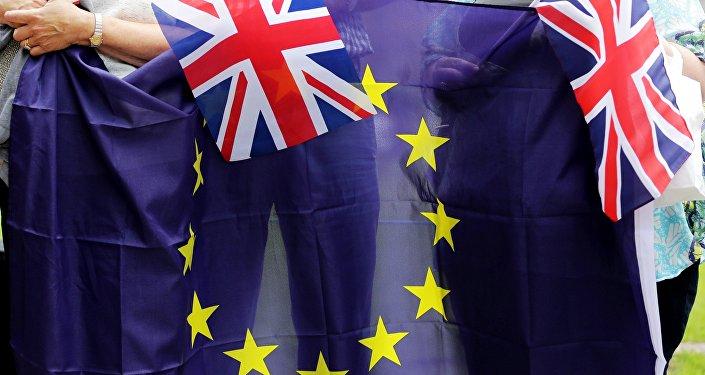 Banderas de la U y del Reino Unido (archivo)
