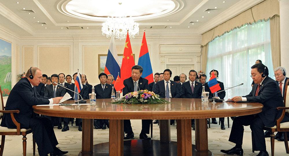 El presidente de Rusia Vladímir Putin, el presidente de China Xi Jinping y  el presidente de Mongolia Tsakhia Elbegdorj
