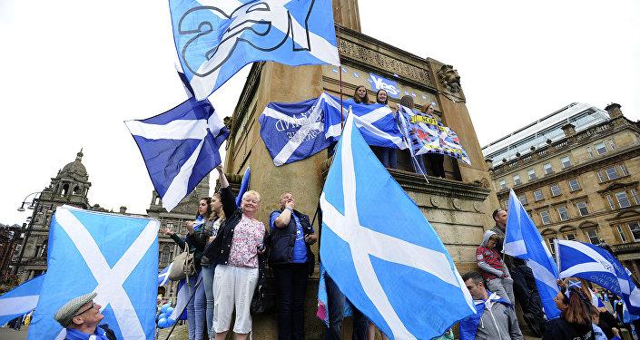 Partidarios de la independencia de Escocia con sus bandreras nacionales