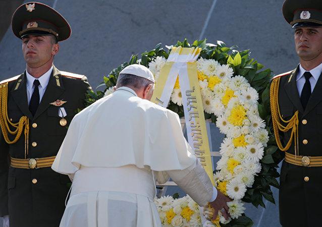 Papa Francisco rinde homenaje a las víctimas el genocidio armenio en Ereván