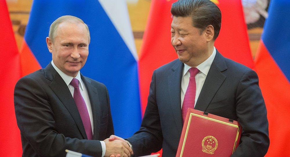 El presidente de Rusia con su homólogo chino, Xi jingping durante la firma de acuerdos en Pekín