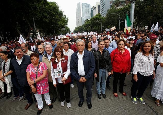 Andrés Manuel López Obrador, líder del Movimiento de Regeneración Nacional (Morena, izquierda), durante una manifestación