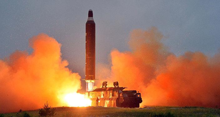 Lanzamiento del misil balístico Hwasong-10 por Corea del Norte (imagen referencial)