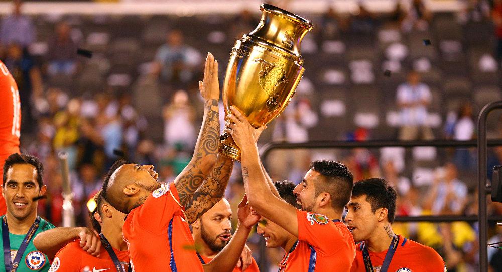 Jugadores chilenos celebran el histórico segundo título en la Copa América contra el combinado nacional argentino en 2016 (archivo)