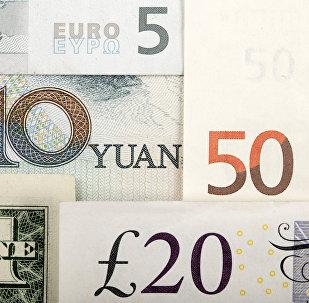 Billetes de euro y yuanes