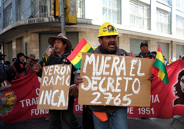 Trabajadores protestan contra el decreto 2765 en Bolivia