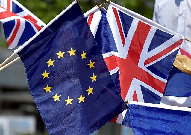 Las banderas de la UE y el Reino Unido (archivo)