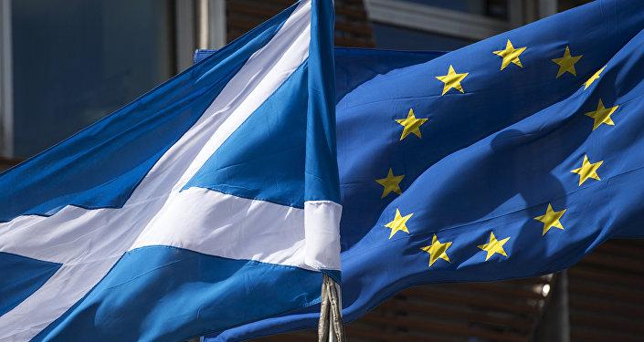 Las banderas de Escocia y de la Unión Europea