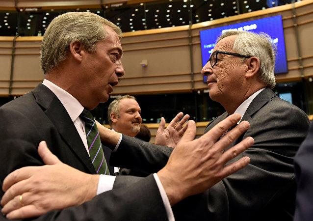 El Presidente de la Comisión Europea, Jean-Claude Juncker, (derecha) da bienvenida al líder del partido UKIP, Nigel Farage, en el Parlamento Europeo