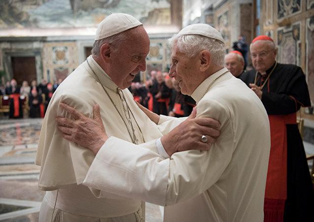 El papa Francisco invitó a Benedicto XVI a una ceremonia para celebrar los 65 años de la ordenación sacerdotal del pontífice emérito, el martes 28 de junio, en el Vaticano.