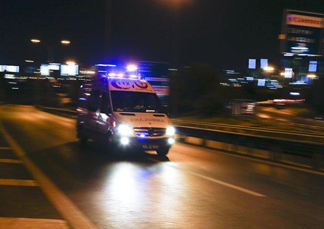 Ambulancia llegando al aeropuerto de Estambul tras las explosiones (archivo)
