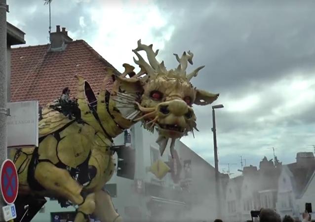 Un dragón camina por las calles de Calais
