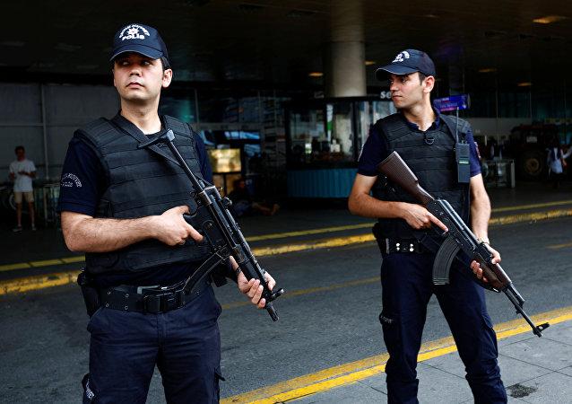 Policías turcos en el aeropuerto Ataturk
