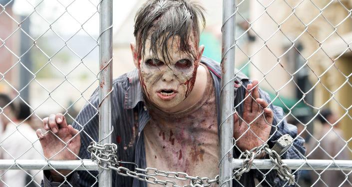 Un hombre vestido de zombi