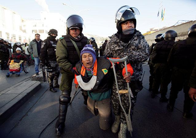 Choques entre la policía y personas con discapacidad en La Paz