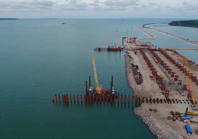 La construcción del puente de Crimea, en plena puesta de sol