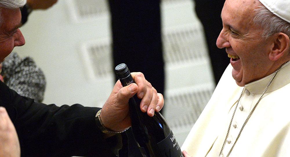Papa Francisco con una botella de vino