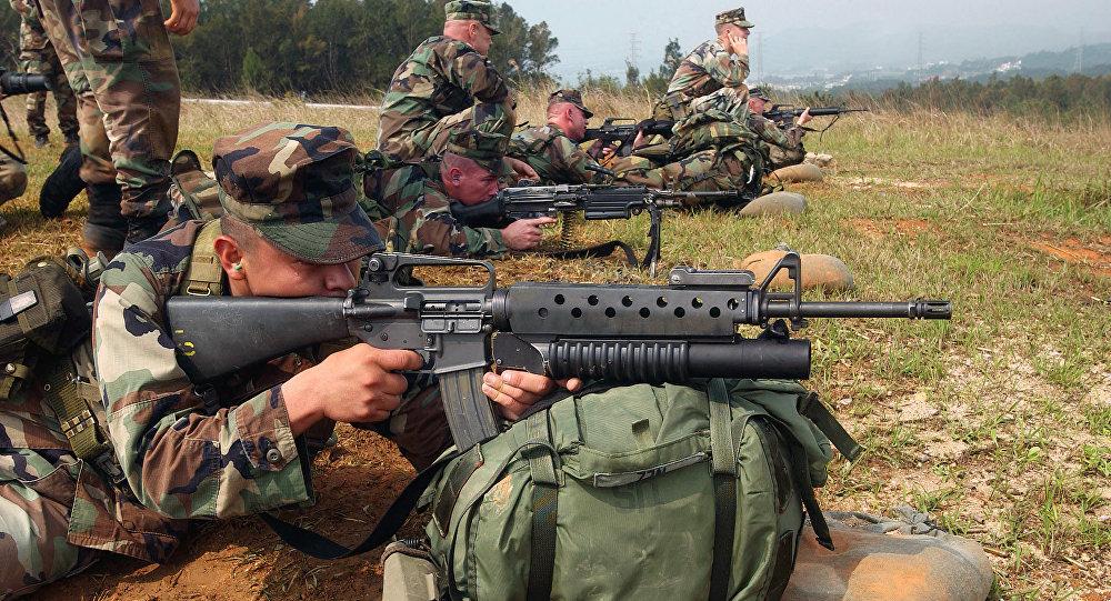 Militares estadounidenses con M16A2