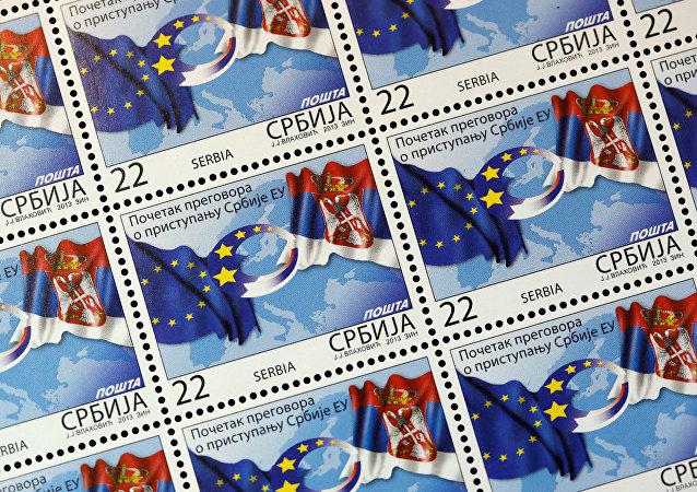 Sellos postales con las banderas de la UE y Serbia