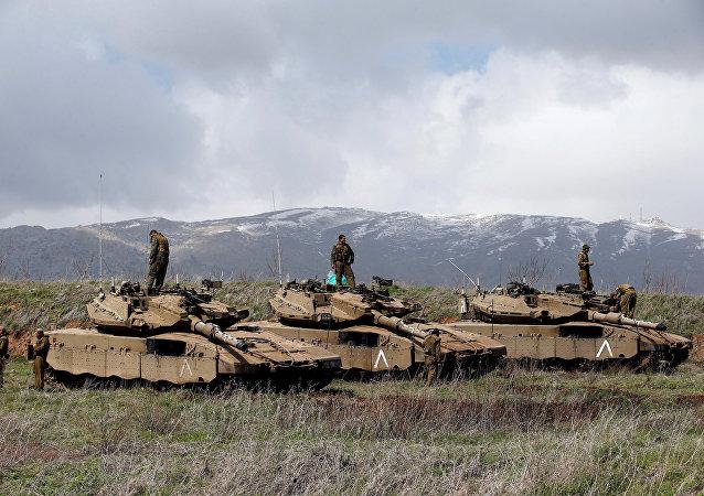 Soldados israelíes sobre tanques en la frontera entre Israel y Siria (archivo)