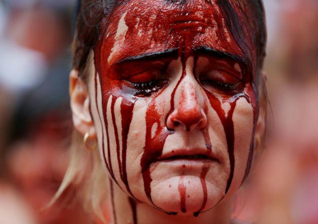 Manifestante contra el maltrato animal en España