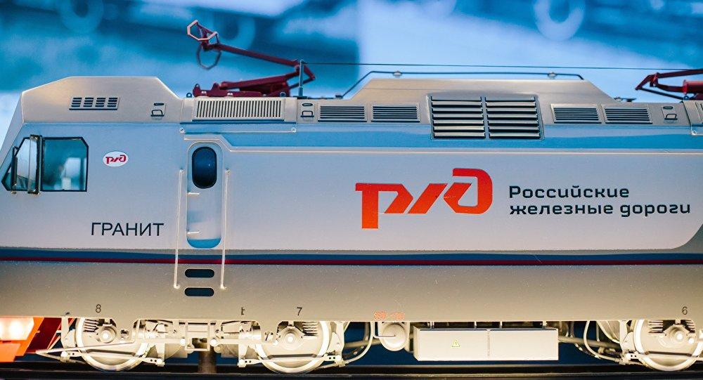 Modelo de un tren con el logo de RZD