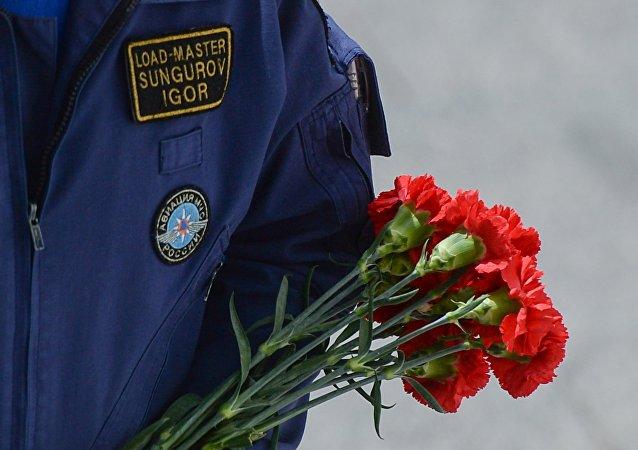 La ceremonia en memoria del equipo del avión Il-76 estrellado en Rusia