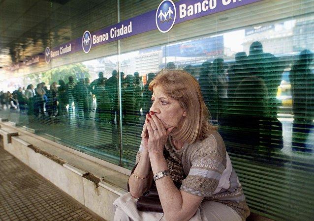 Filas para los cajeros en Argentina