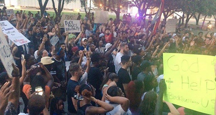 Protesta en Dallas provocada por dos homicidios controvertidos de los afroamericanos por la policía