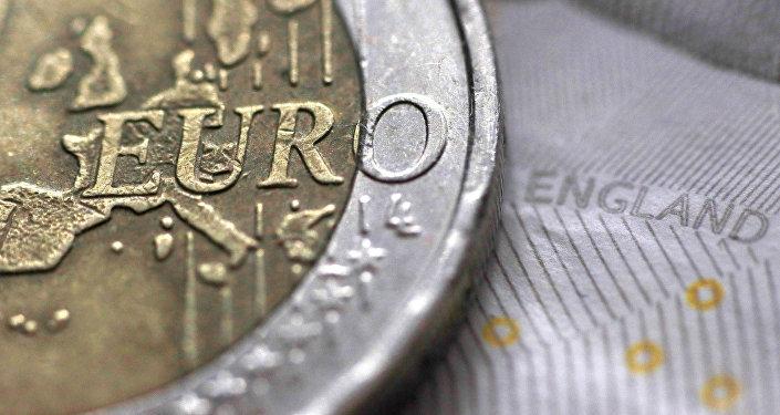 La moneda de 2 euros y el billete de 10 libras