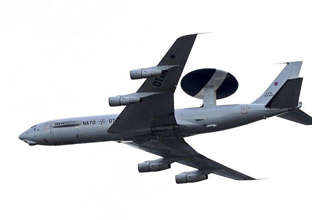 Un avión con el sistema AWACS de la OTAN