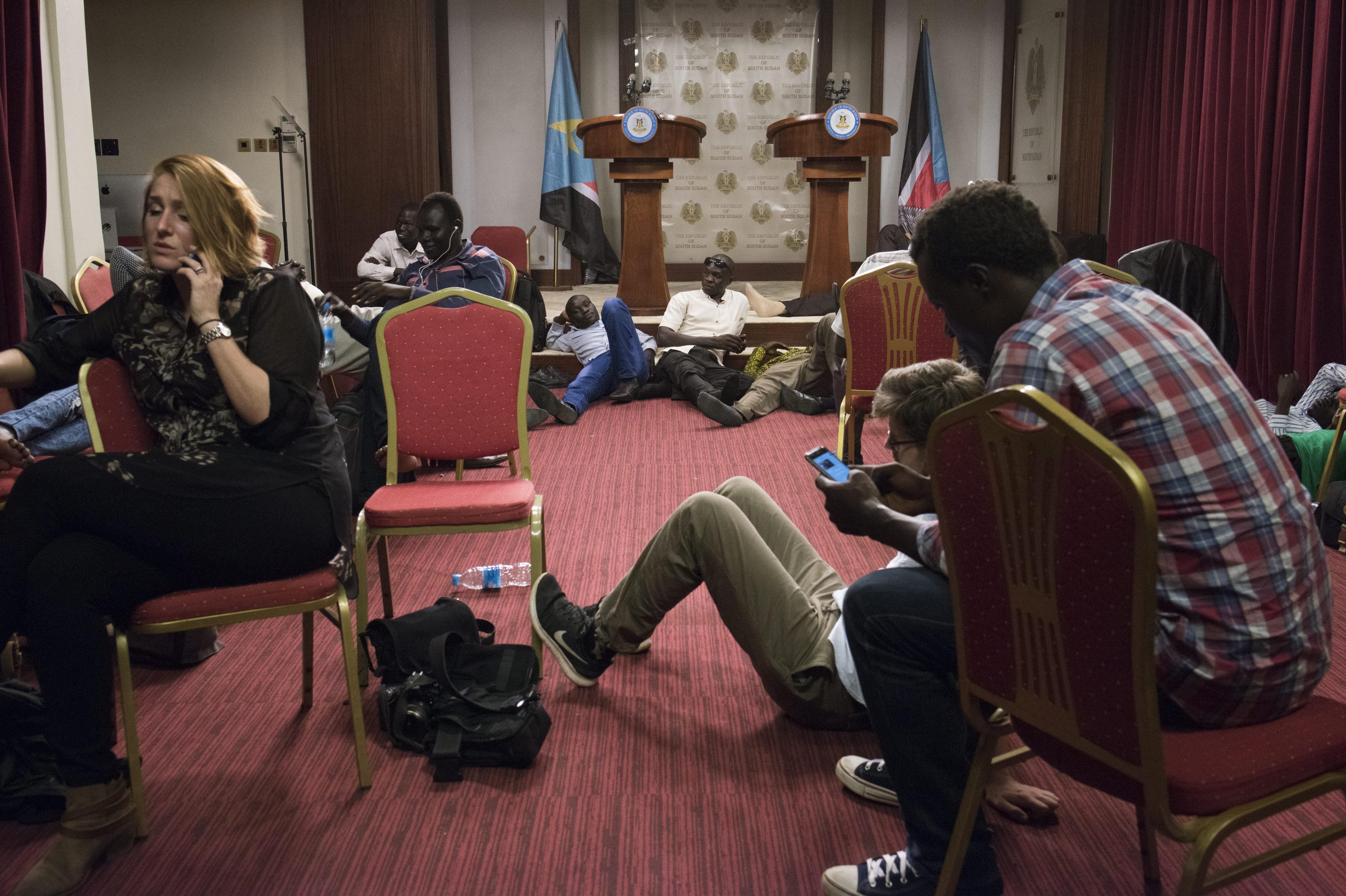 Periodistas en la sala de conferencias durante los enfentamientos al lado del palacio presidencial en Yuba, Sudán del Sur