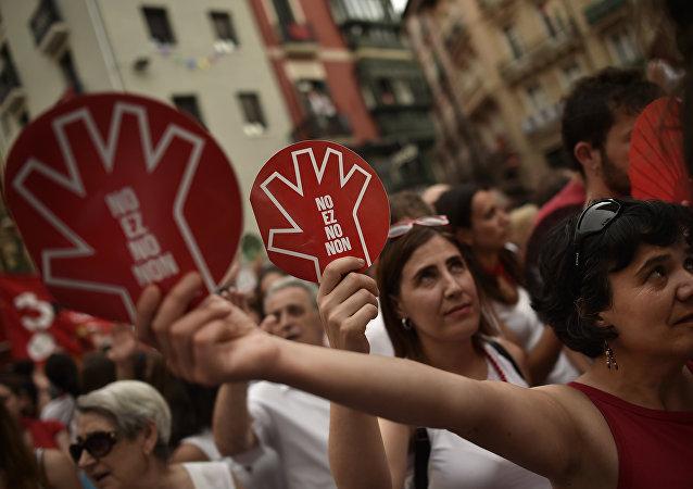 Pamplona protesta contra la violación de una mujer. 'No es no' lee en los letreros.