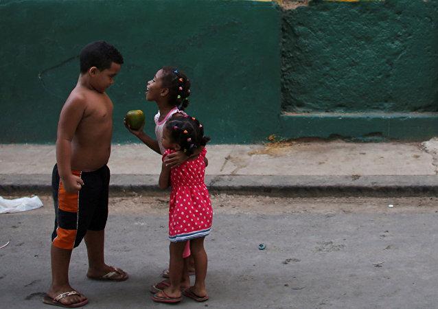 Los niños jugando en las calles de la Habana