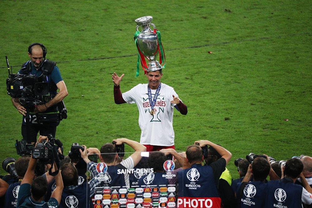 El jugador de la selección portugués Cristiano Ronaldo con la Copa de la Euro 2016.