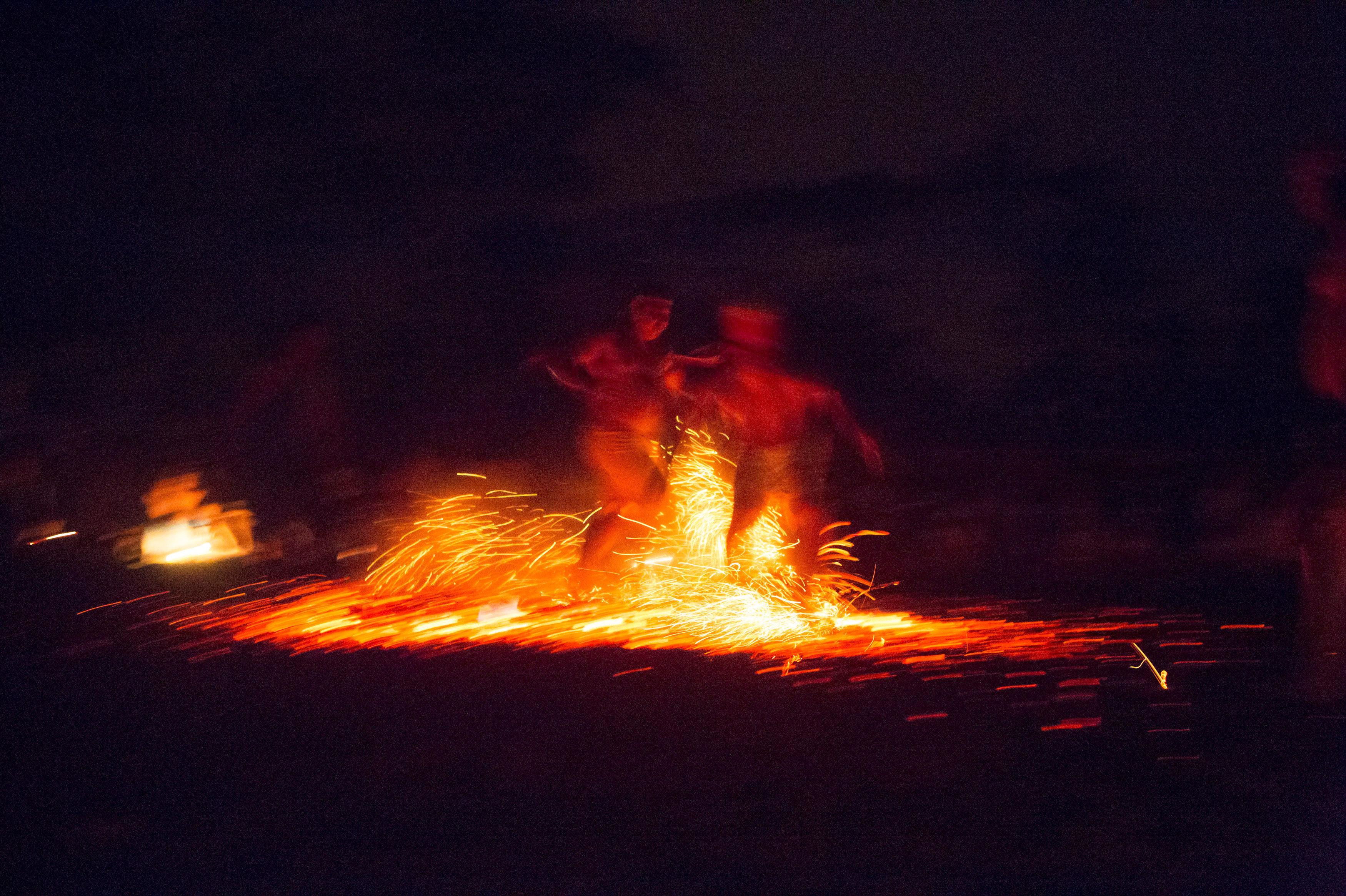 Caminar sobre trozos de carbón es uno de los más famosos rituales durante la fiesta de otoño en honor a la diosa