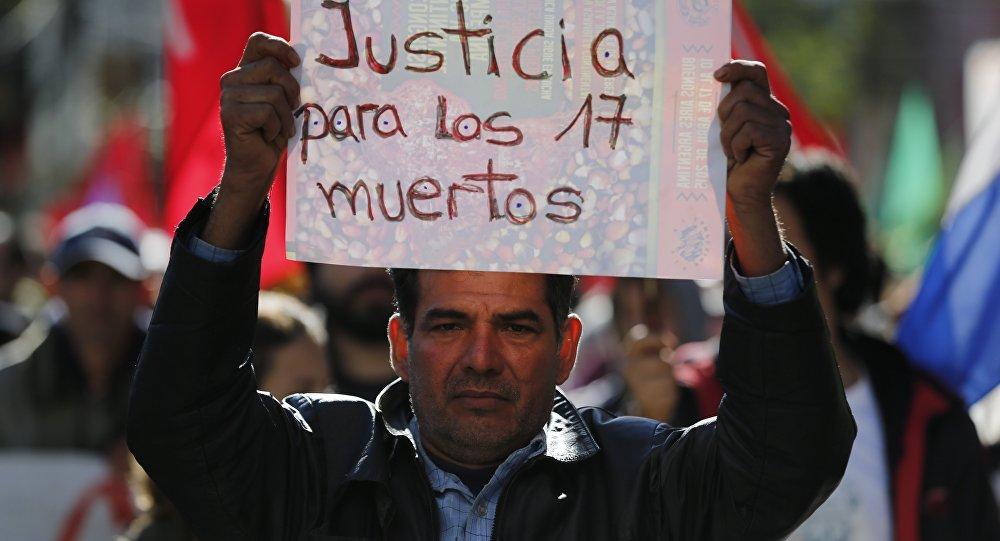 El hombre en la marcha en Asunción, Paraguay