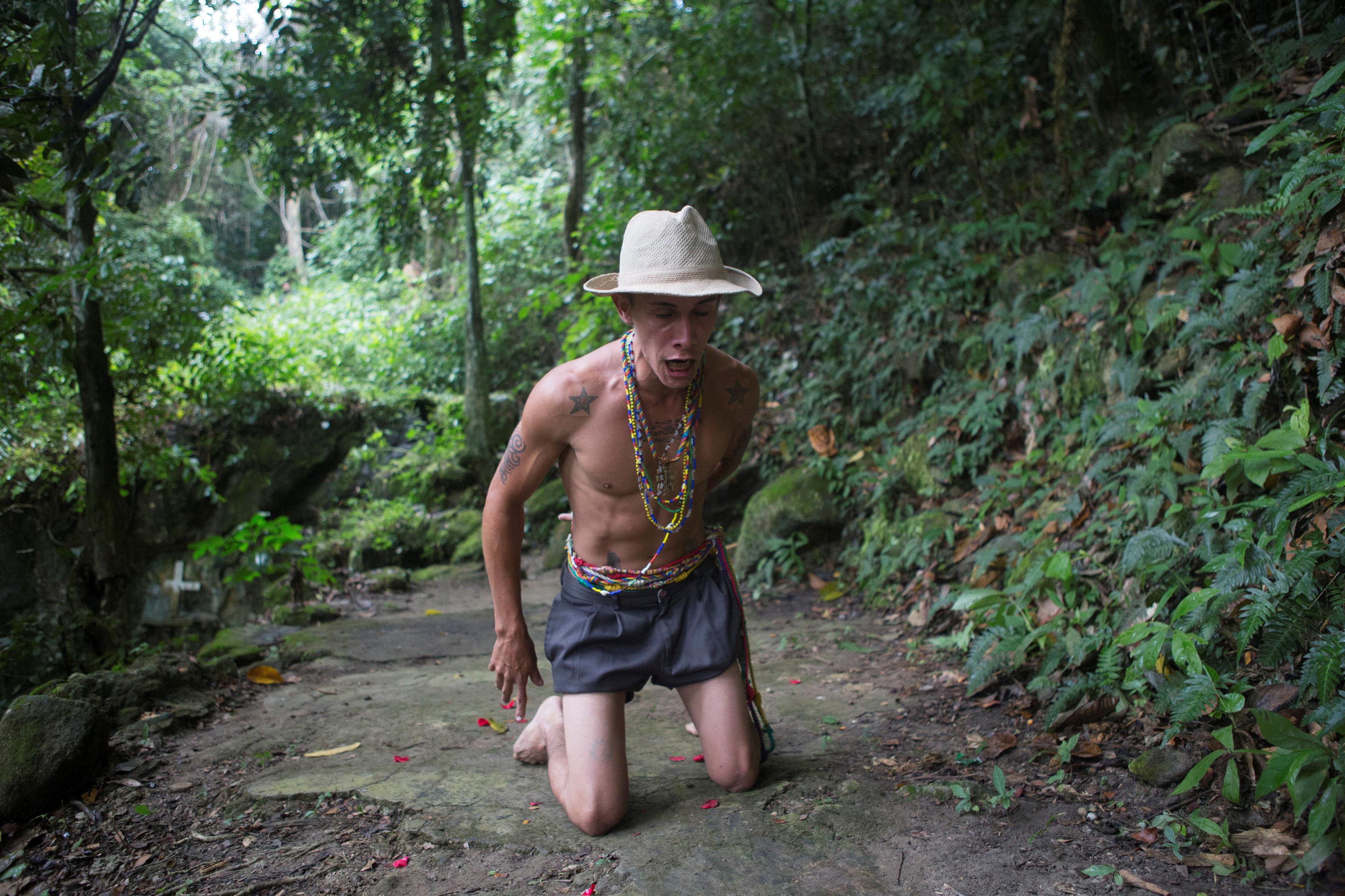 Algunos peregrinos hacen una parte del camino hacia la diosa de rodillas
