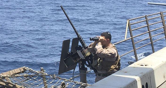 Un artillero escanea el mar a bordo del barco estadounidense New Orleans en el estrecho de Ormuz