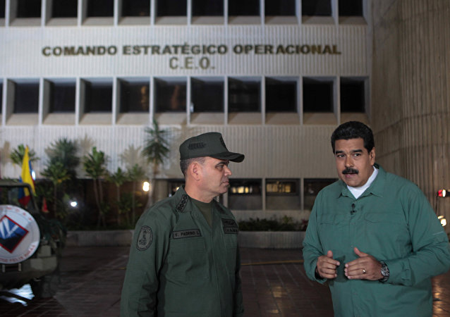 El presidente de Venezuela, Nicolás Maduro, habla con el ministro de Defensa, Vladimir Padrino López (archivo)