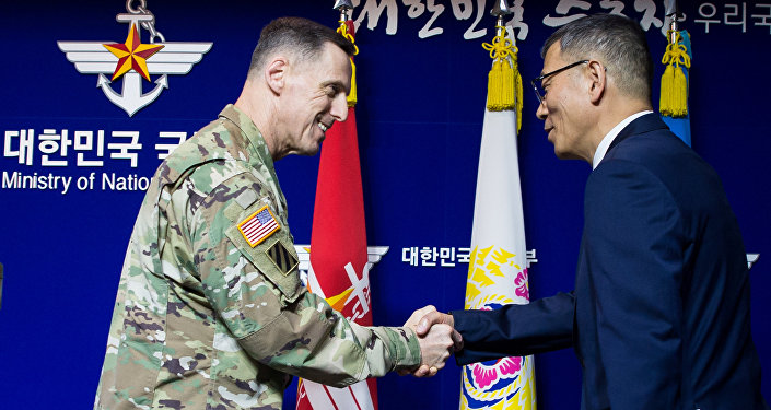 Thomas Vandal, comandante del Octavo Ejército de las fuerzas estadounidenses en Corea del Sur, y Yoo Jeh-seung, ministro surcoreano de Defensa, se aprietan las manos tras la conferencia sobre la instalación de los sistemas antimisiles THAAD en Corea del Sur