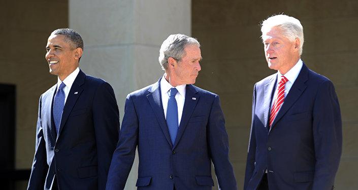 Presidente de EEUU, Barack Obama, y expresidentes George W. Bush y Bill Clinton