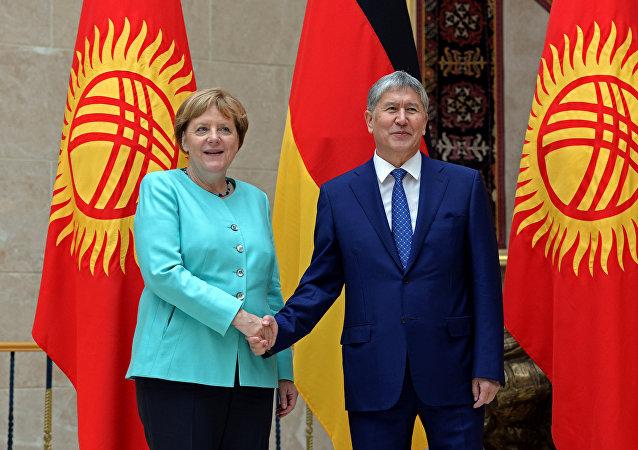 La canciller alemana, Angela Merkel, y el presidente de Kirguistán, Almazbek Atambáev